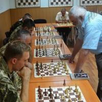 Баталії нехай розгортаються лише на шахівниці!