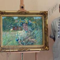 Портрет девушки в венке из синих и желтых цветов