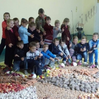 Діти годують бійців