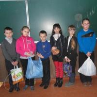Полоненим школярі  передали речі й продукти