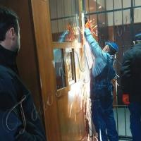 ...поліція демонтує бар'єри