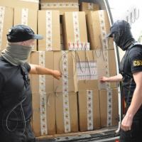 На складах кур'єрської служби вилучили на 150 тисяч доларів контрафактних цигарок і взуття