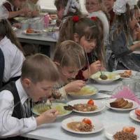 Обідами мають забезпечити всіх учнів