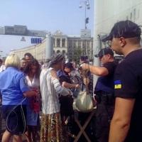 Київ захищали… гаслами, фарбами і яйцями