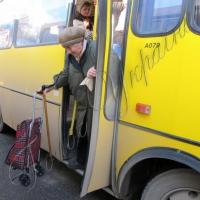 Журналісти пропонують платити за бабусь у маршрутках