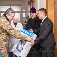 Поранені бійці передали митрополиту бойовий прапор