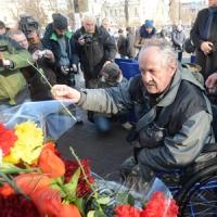 Люди вшановують пам'ять загиблих на Майдані