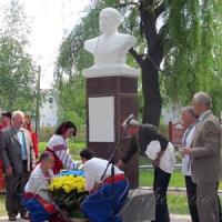 Депутат допоміг встановити монумент