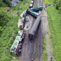 Столкнулись пассажирский и грузовой поезда