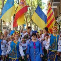 У національних строях під синьо-жовтими стягами пройшли Барселоною