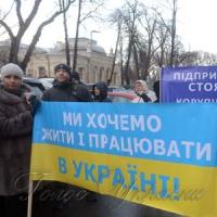 Біля комітетів Верховної Ради України...