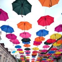 Вулиця — під парасольками