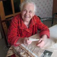 На свої сто бабуся Рая приготувала улюблений торт «Наполеон»