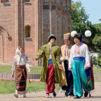 Екскурсії проводять Мазепа і Мотря Кочубеївна