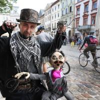 По вулицях ляльок водили