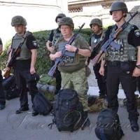 Співробітники поліції допомагають колегам