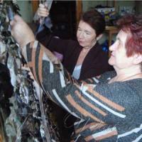 Плетуть маскувальні сітки для воїнів