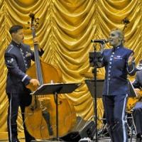 Американский оркестр поддержал крылья