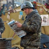 Активіст читає «Голос України»