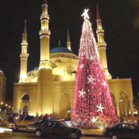 Цю різдвяну ялинку встановлено біля мечеті в Бейруті (Ліван)