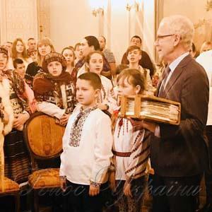 Украинские дети в минувшие выходные вручили спикеру Парламента Эстонии Эйки Нестору «Книгу Добра»