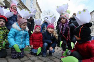 Во Львове активисты провели акцию «Сохраним первоцветы!»