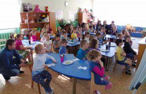 Малышей обеспечивают местами в детсадах