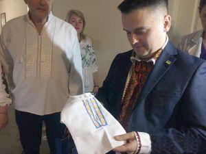 В Черновцах подарили вышиванки новорожденным