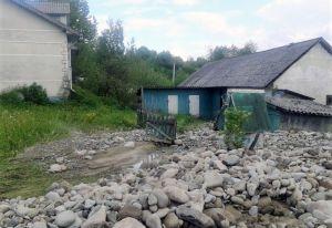 На Івано-Франківщині зруйновано дамби та мости, затоплено хати, каміння замість грунту