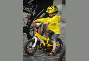 Подаруйте велосипед і разом вирушайте на спортмайданчик