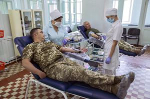 Здають кров для онкохворої малечі