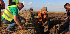 За кубок по пахоте соревновались трактористы «Континентал»