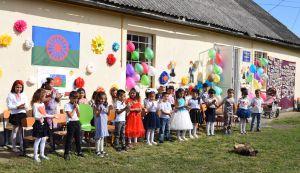 На Закарпатті малих ромів готують до школи