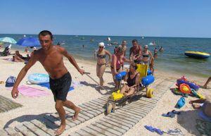 Візки-амфібії з'явилися на азовських пляжах