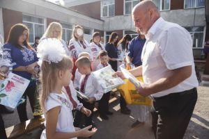 Школярі Тернопольщини без подарунків не залишилися