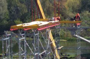 Металеву опору мосту через річку Сіверський Донець вже встановлено