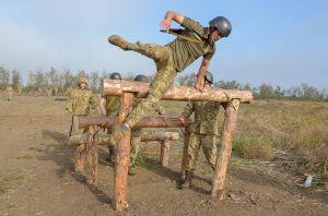 Военные преодолевают полосу препятствий