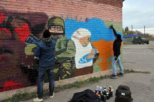 Художники из Харькова рисуют мурал в Золотом