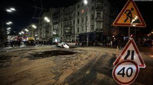 У Києві дорогу залило окропом, а в яму провалилися авто