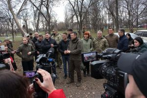 Луганчани підтримують розведення військ