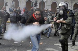 Беспорядки в Афинах подавлены слезоточивым газом