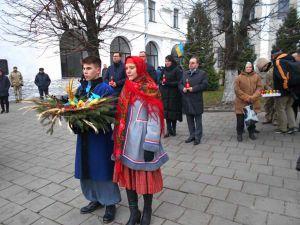 Християнський хрест на бруківці Замкової площі Луцька