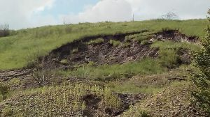 У селищі Мирна Долина через копанку будинки можуть піти під землю