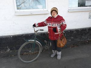 У прифронтовому Кримському людей похилого віку без уваги не залишають