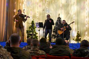 Відомі виконавці надихали слухачів у військових одностроях своїми хітами