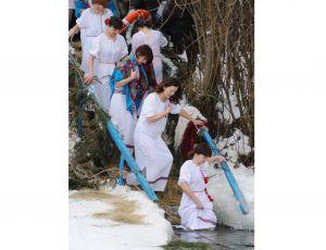 Христос хрещається! У річці Йордан!