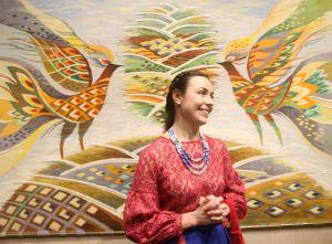 На виставці решетилівських гобеленів цвітуть мальви і співають півні