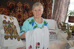 Вишила сорочки онукам і навіть правнучці