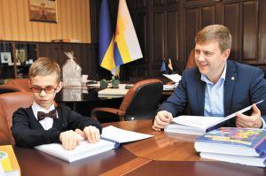 Виталий Коваль вручил незрячему мальчику  из Березно литературу шрифтом Брайля