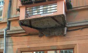 Балконы и детали фасадов в центре Черновцов буквально падают прохожим на головы